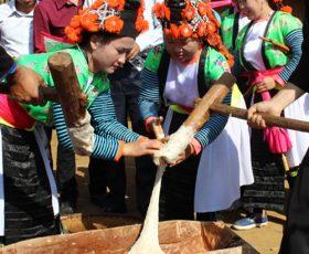Ăn Tết với bánh dày của người Mông